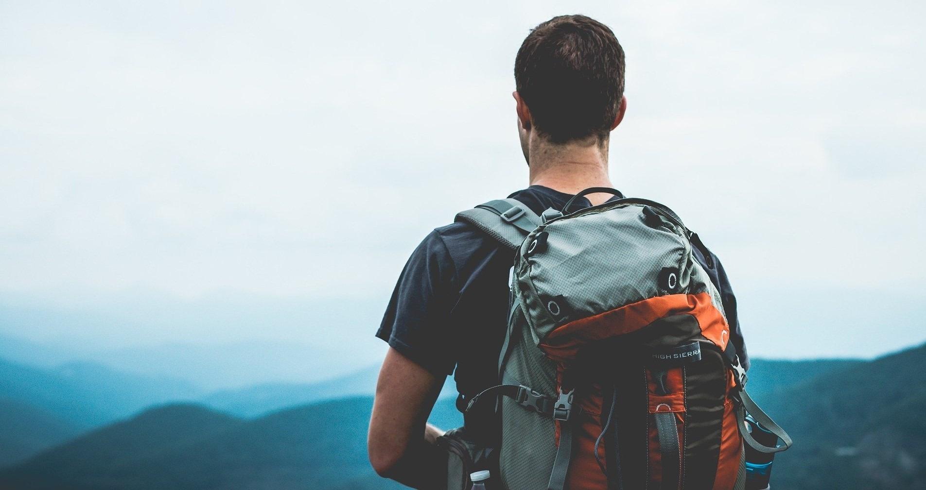 Az öt utazótípus egyike ez a férfi is nagy hátizsákkal a háttal.