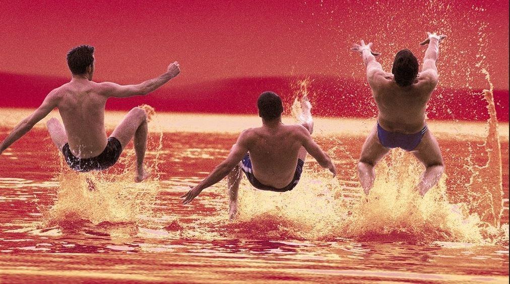 három férfi a Balatonba ugrik
