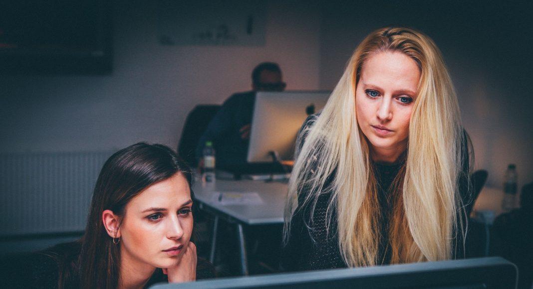 Női vezető az alkalmazottal dolgozik