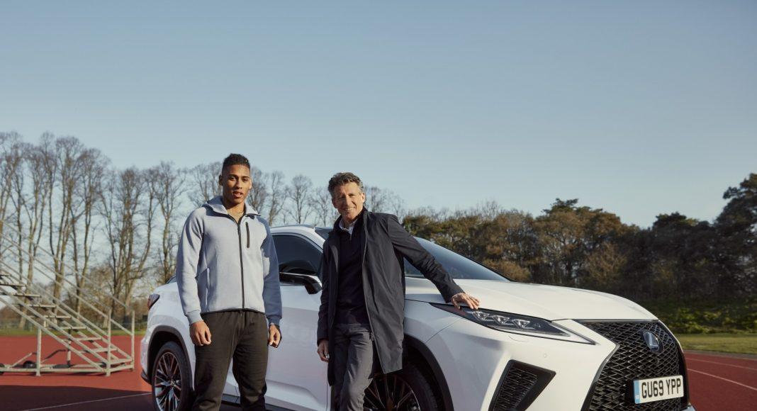 Sebastian Coe, a Nemzetközi Atlétikai Szövetség (World Athletics, WA) elnöke és Alex Haydock-Wilson egy Lexus RX F Sport autó előtt