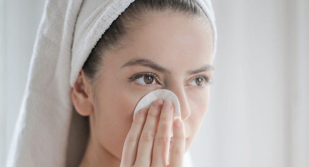 A lány tisztitja az arcát