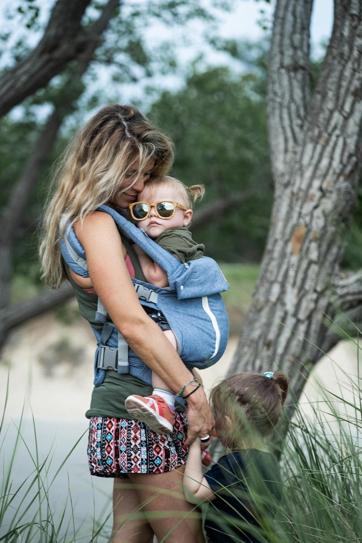 anya és napszemüveges gyermeke