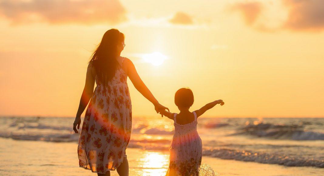 anya és lánya a strandon