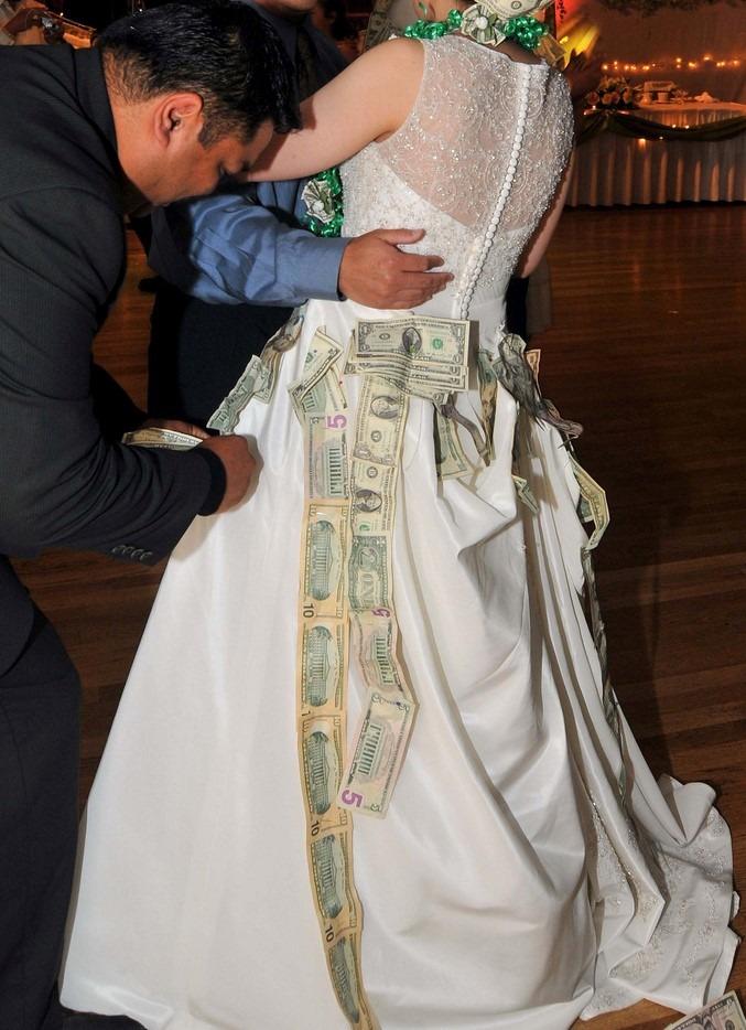 pénz a menyasszonyi ruhán