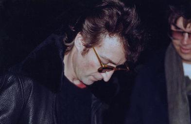 Lennon amint autogramot ad későbbi gyilkosának Chapmannak mindössze hat órával a halála előtt