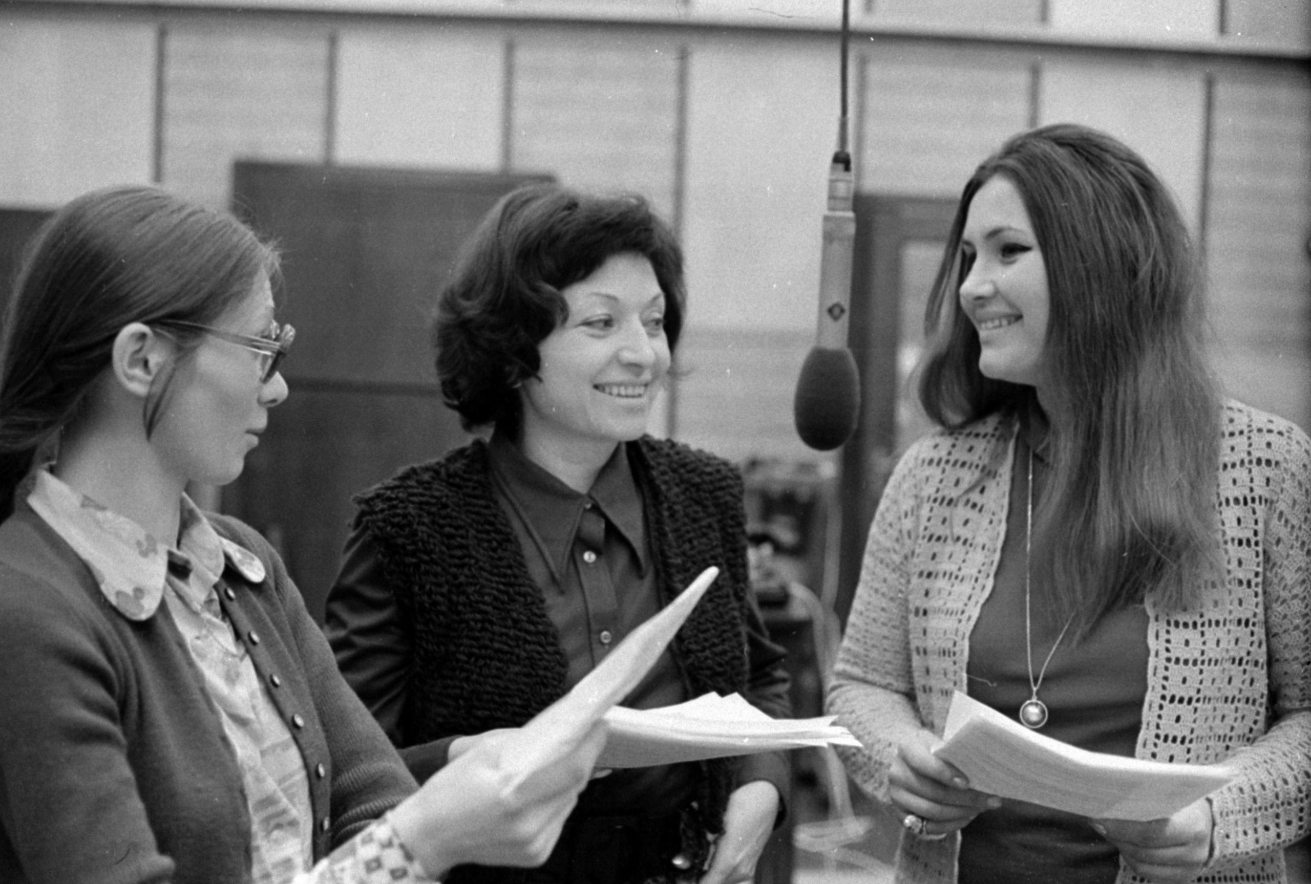 1973-ban a Magyar Rádió stúdiója Hubay Miklós Párkák című hangjátékának felvételén. Bodnár Erika, Kohut Magda és Pécsi Ildikó színművészek. Fortepan/ Szalay Zoltán