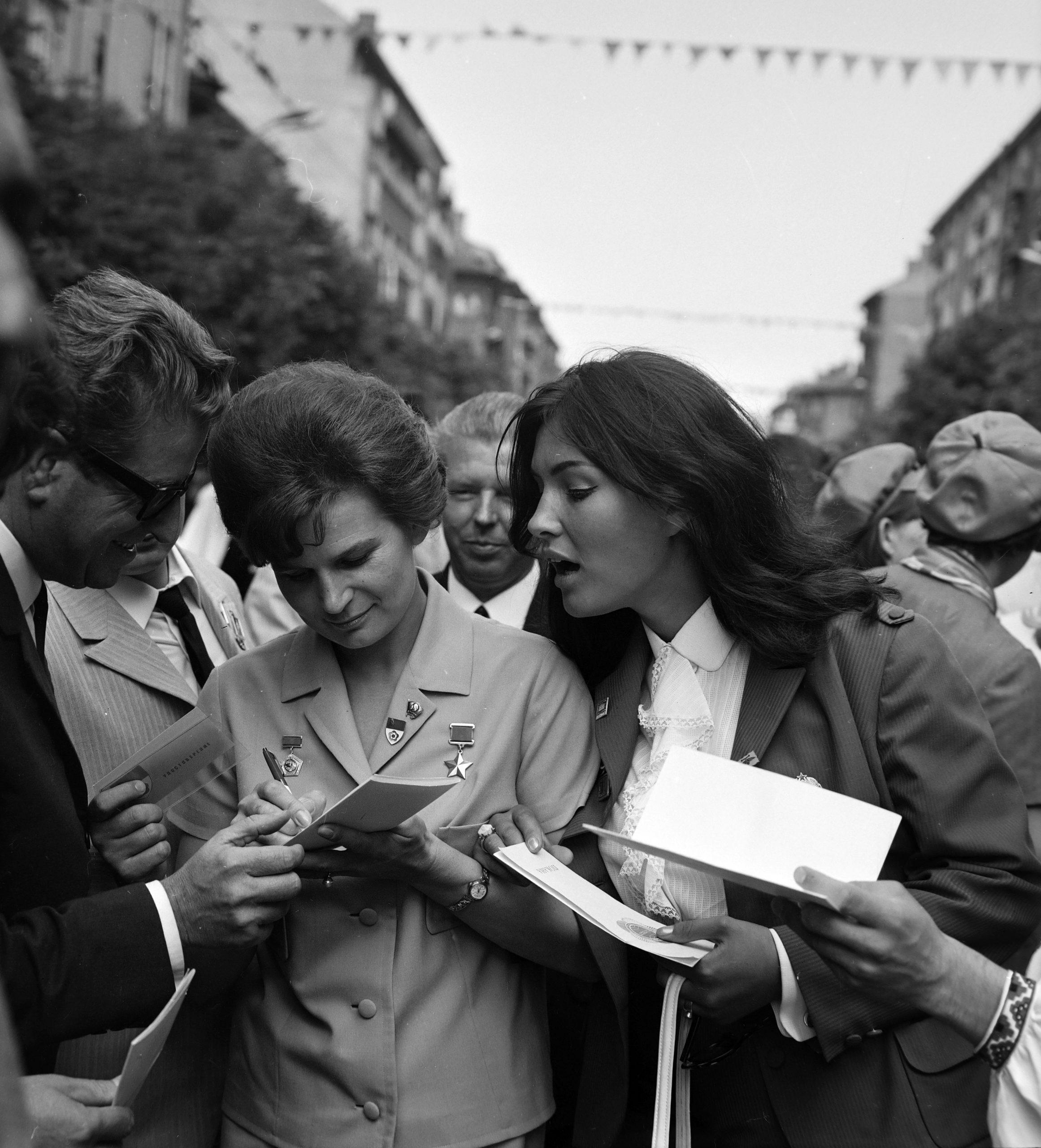Vitosa sugárút, a felvétel a IX. VIT (Világifjúsági Találkozó) idején készült 1968-ban. Valentyina Tyereskova, az első női űrhajós és Pécsi Ildikó színművésznő. Fortepan/Szalay Zoltán