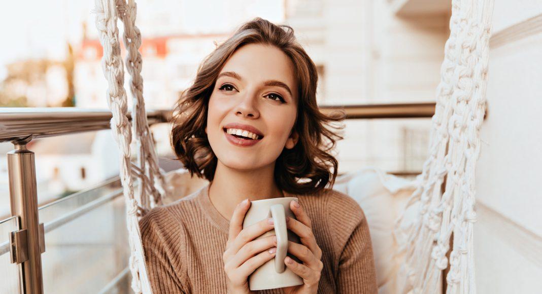 30 éves, gondtalan kávéző nő