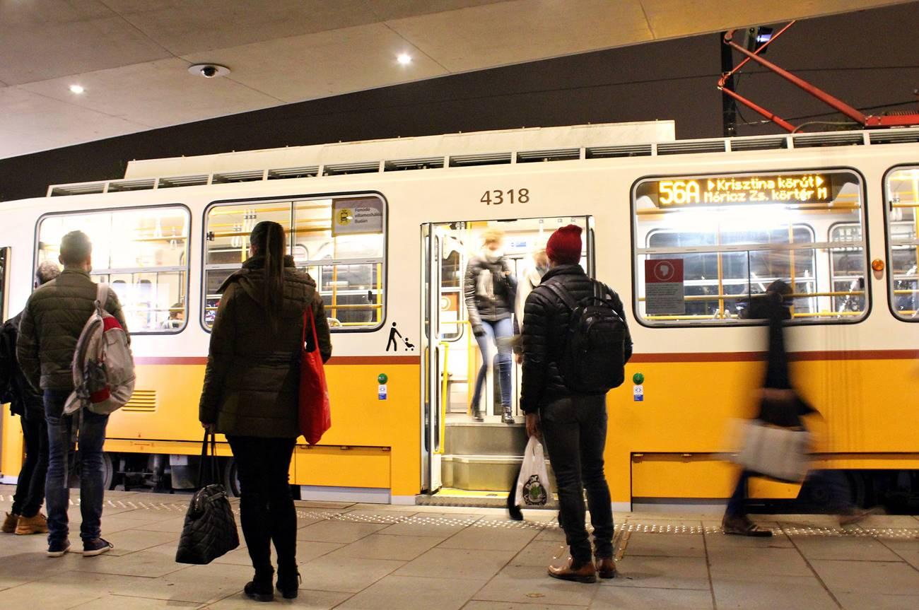 Este 8 előtt a Széll Kálmén téren, a villamosmegállóban