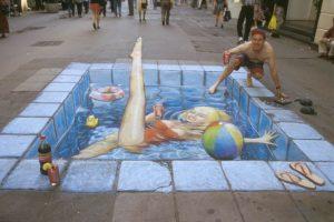 A medencéző hölgy kiemeli a lábát.