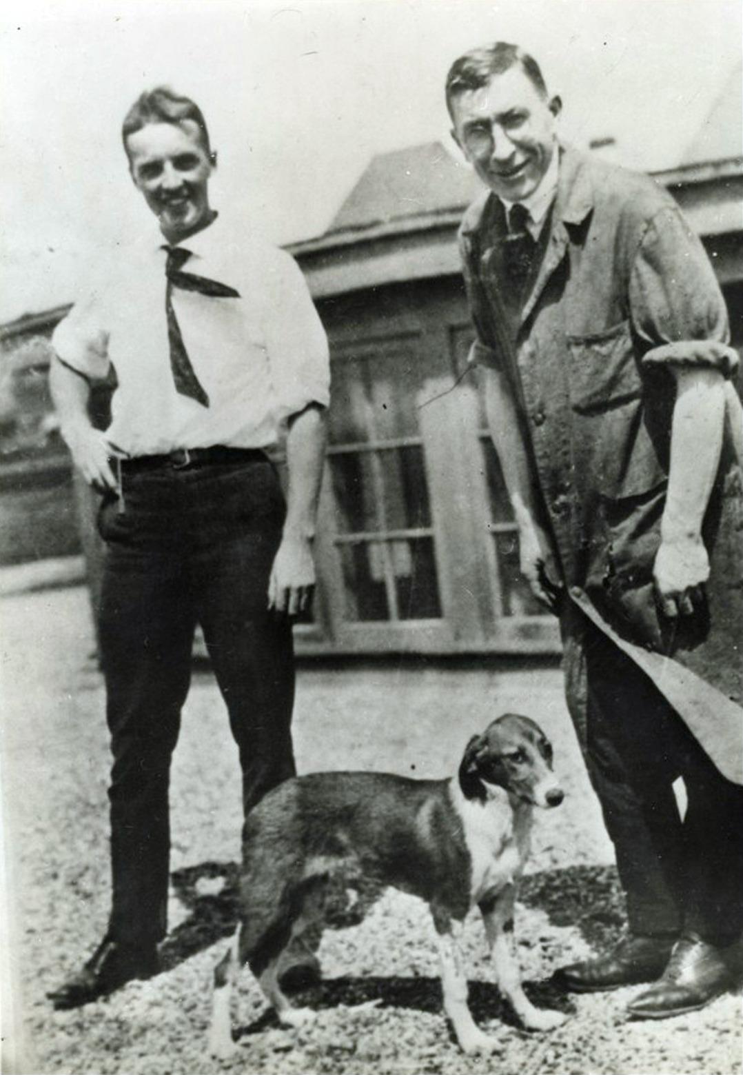 Frederick G. Banting és Charles Best az egyik kutatási alannyal - wikipedia