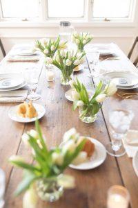 Tulipános húsvéti asztal