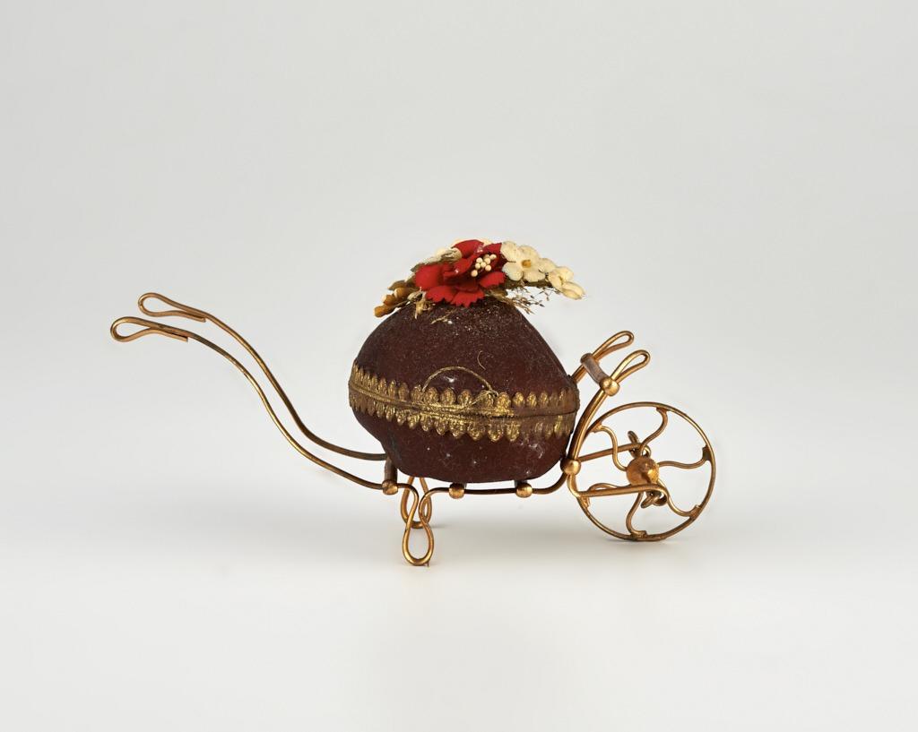 Húsvéti tojás talicskán - atlaszszövet, papírmasé, drót és vászon 1875-1910 - IM