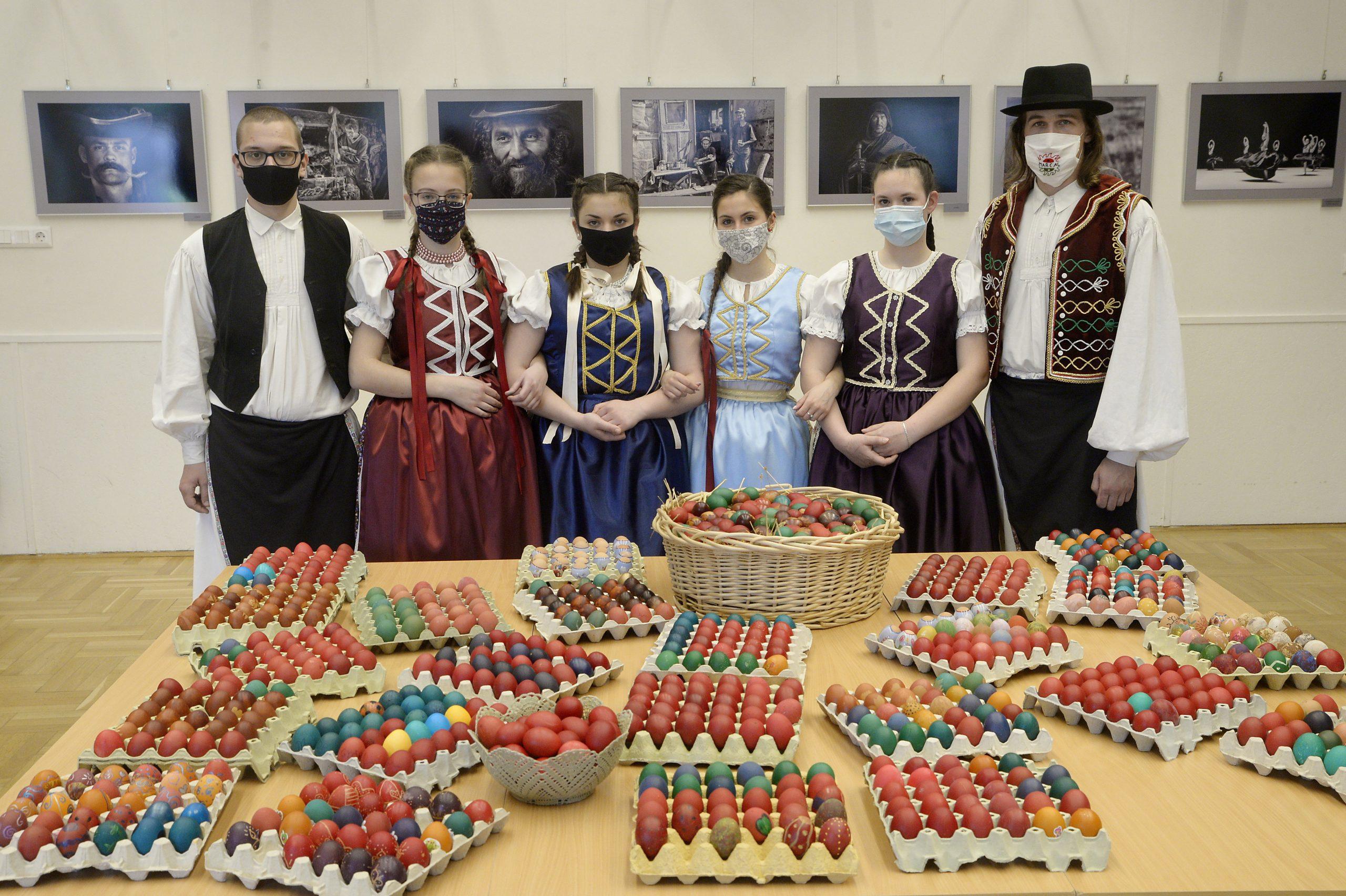 A Marcal Tánc- és Népművészeti Egyesület tagjai és húsvéti tojások a gyírmóti Művelődési Házban 2021. március 31-én. Hétszázötven darab hímes tojás készül Győr város fennállásának évfordulójára. MTI/Krizsán Csaba