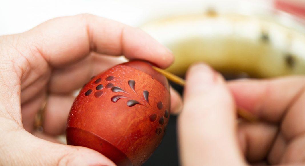 Mészáros Józsefné tojásfestő írókázással készít beregi aranyporos tojást a Kállay Gyűjtemény épületében rendezett Tojásvarázs című kiállításon Nyíregyházán 2021. március 31-én. MTI/Balázs Attila