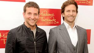 Bradley Cooper viaszfigurája mellett