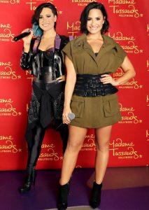 Demi Lovato a viaszmása mellette
