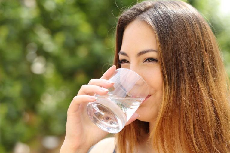Nő vizet iszik