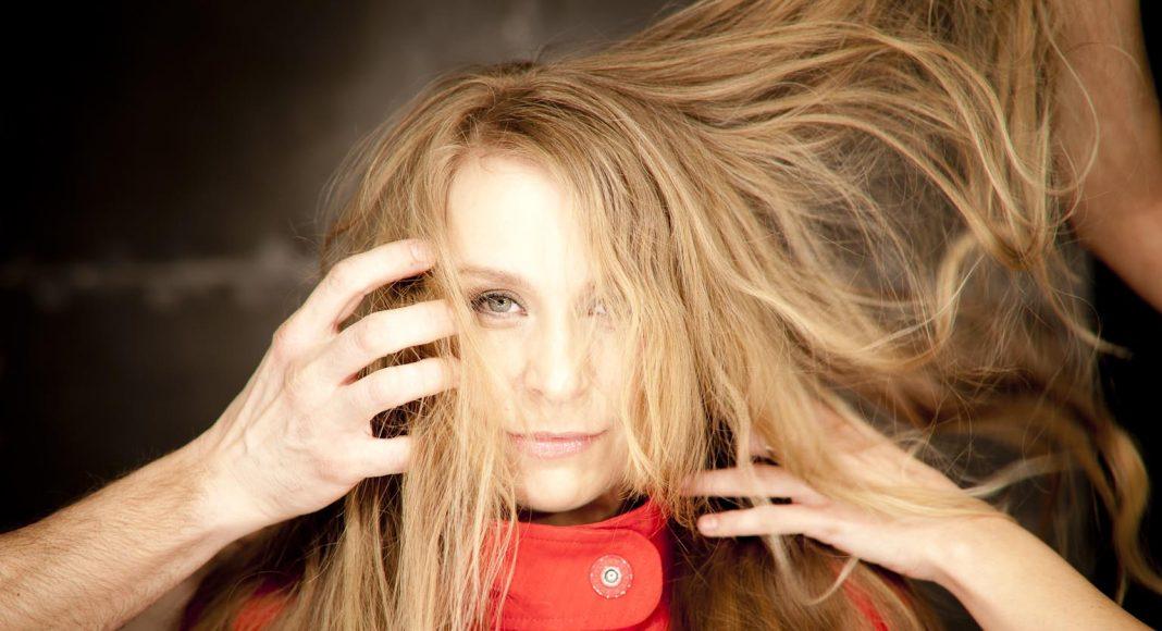 Szirtes Edina Mókus-énekesnő