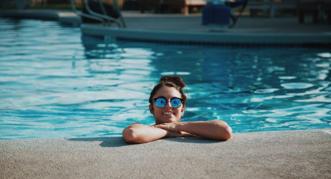 nyár-lány-medence