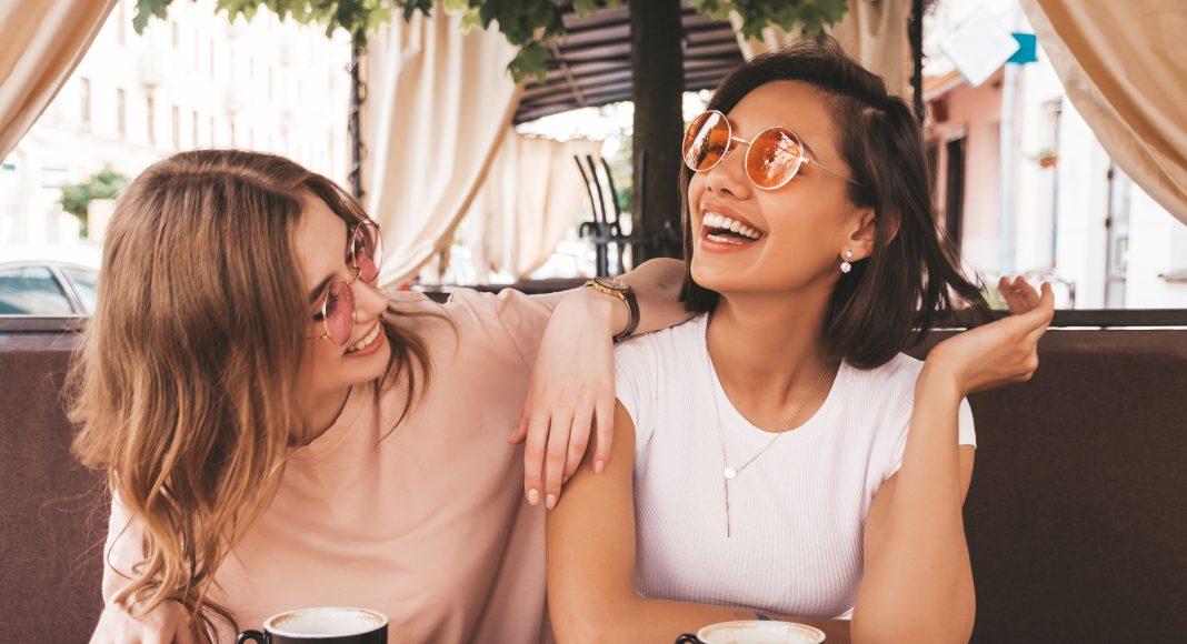 Két fiatal nő kávézóban Budapest