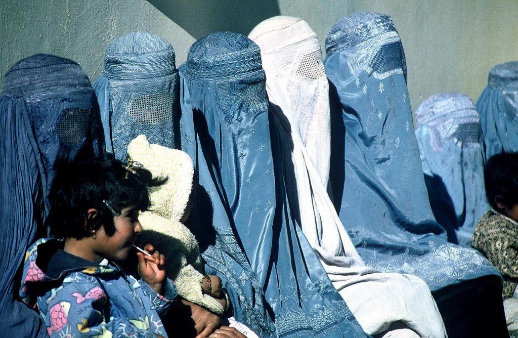 afgán nők burkában