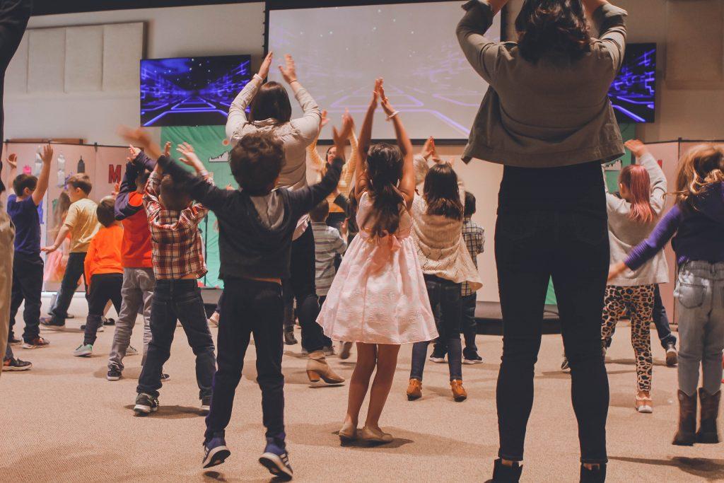 iskola-tánc-gyerekek