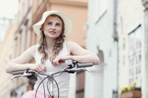 Bicikliző nő
